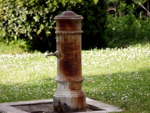 """Roma, la Croce rossa a Virginia Raggi: """"Non chiudere le fontane, ci bevono i senzatetto"""""""