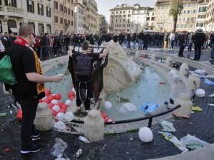 Stop a bivacchi e tuffi nelle fontane storiche di Roma: multe fino a 240 euro