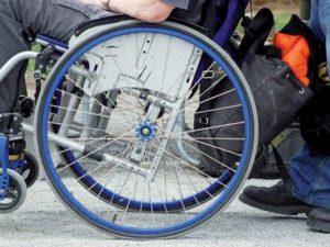 Il papà porta il figlio disabile a fare una passeggiata e muore in strada sotto i suoi occhi
