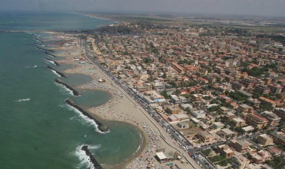 Matrimonio Spiaggia Fiumicino : Fiumicino rimossi i relitti abbandonati sulle spiagge