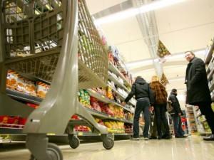 Fanno una spesa da mille euro al supermercato, ma pagano solo 100: la cassiera è complice