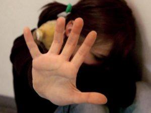 Disperata per violenze sessuali subite dal cugino tenta di lanciarsi nel vuoto: salvata