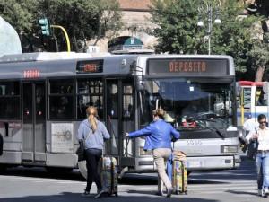 """Sciopero, caos Roma. Renzi: """"I romani vorrebbero un bus ogni 5 minuti, non tre funivie"""""""
