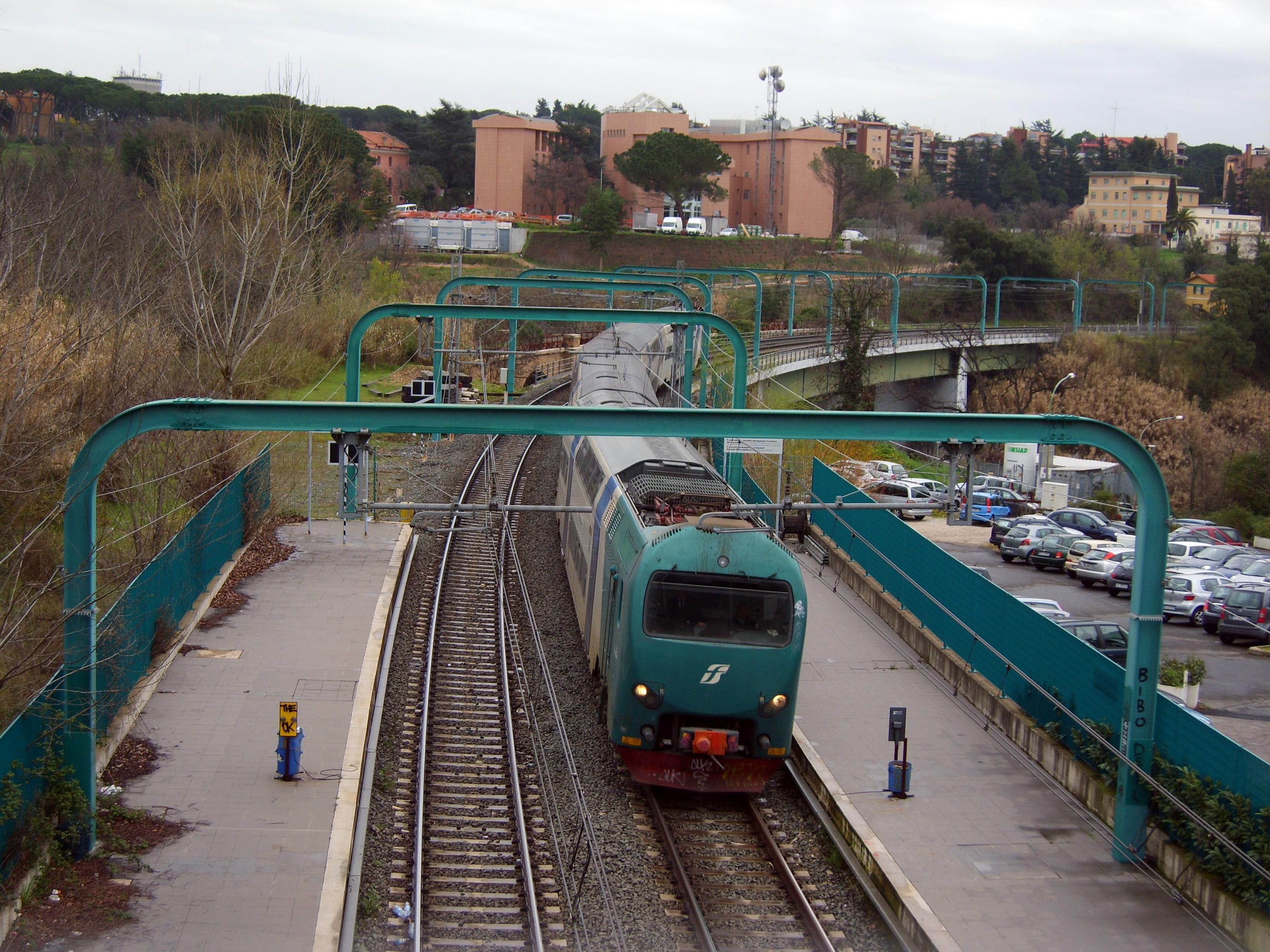 Tivoli, uomo di 58 anni si getta sui binari: investito e ucciso dal treno, circolazione interrotta - Roma Fanpage.it