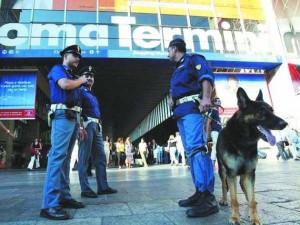 Termini, terrore in hotel: rapinatore sfonda porta della cam