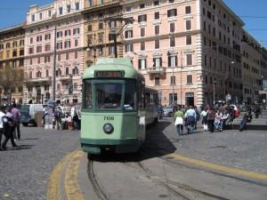 Esquilino, ragazza di 17 anni investita da un tram: è in gravissime condizioni