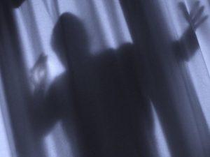 Sorprende ladro in casa e lo ferisce gravemente: fermati entrambi