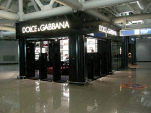 """Sit in di protesta davanti al negozio di Dolce&Gabbana: """"Quattro commesse licenziate"""""""