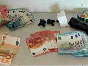 Centocelle, arrestata coppia di nonni pusher: spacciavano cocaina in casa