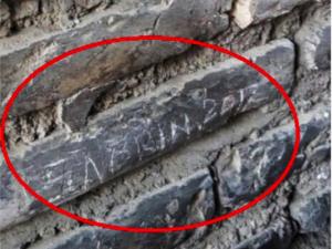 Sfregio al Colosseo: turista francese incide 'Sabrina 2017' su una colonna