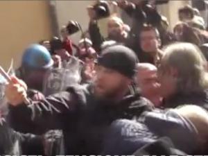 Tassisti anti Uber da tutta Italia a Roma. Raggi in piazza, scontri fuori il Nazareno