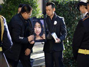 L'ultimo saluto a Zhang Yao, la studentessa cinese morta mentre inseguiva gli scippatori