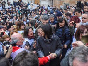 """Raggi si gode il bagno di folla in Campidoglio: """"Roma cambia, ma c'è chi vuole nasconderlo"""""""