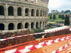 Colosseo: ubriaco alla guida si schianta contro il muretto del belvedere e lo distrugge
