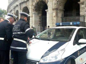 Colosseo, vende una collanina a una turista, poi le ruba tutti i soldi: arrestato