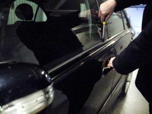 Magliana, arrestata 'nonna ladra' che ogni sera scassinava e ripuliva le auto in sosta