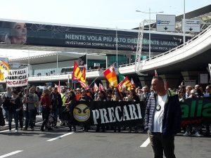 Alitalia, 40% dei voli cancellati e 500 lavoratori in corteo all'aeroporto di Fiumicino