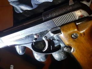 Con una pistola rubata spara tre colpi verso il figlio di 19 anni e tenta di ucciderlo