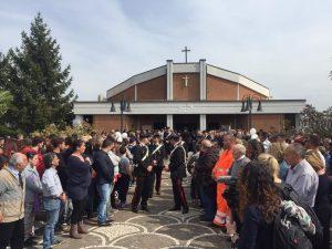 I funerali di Emanuele Morganti ad Alatri: lacrime e dolore. Folla davanti alla chiesa