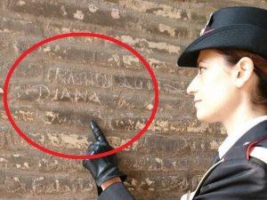 Incide i nomi della moglie e della figlia su un pilastro del Colosseo, denunciato un turista