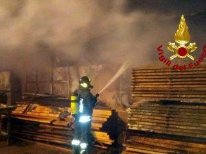 Civitavecchia, nella notte un incendio ha devastato il mobilificio Ellemme