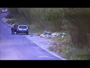 Fiumicino, sorpresi a lanciare rifiuti in strada: denunciati in quattro