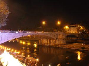 Cammina sul parapetto di ponte Garibaldi e casca di sotto: gravissimo turista 35enne