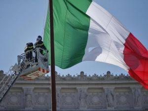 Natale di Roma, le celebrazioni all'Altare della Patria: ma il tricolore è strappato