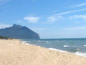 """Sabaudia, sulla spiaggia dei vip ammessi solo venditori ambulanti col """"patentino"""""""