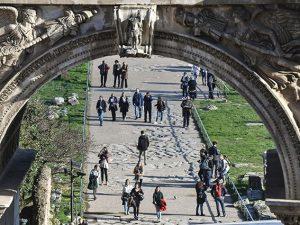 Turisti in giro per Roma (Getty).