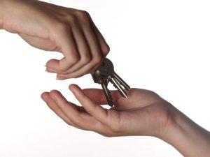Topo d'appartamento, una volta scoperto, chiede le chiavi di casa al proprietario