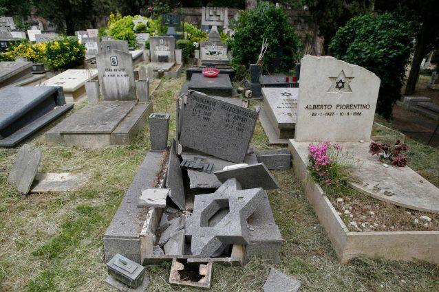 Tombe distrutte al cimitero del Verano a Roma: denunciati quattro minorenni