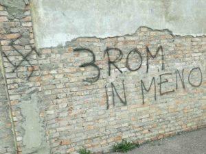 """""""Tre rom in meno"""": la vergognosa scritta apparsa su un muro di Roma"""