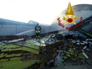 Ariccia, incendio in un capannone industriale che esplode e crolla su se stesso