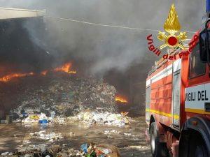 Incendio all'Ecox di Pomezia, si alza un'enorme nuvola di fumo nero dai capannoni