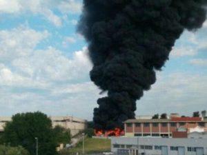 Incendio Pomezia, la procura conferma la presenza di amianto nei capannoni Ecox