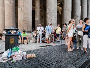 """La """"mondezza"""" di Roma finisce (di nuovo) sul New York Times: """"Raggi non ha fatto nulla"""""""