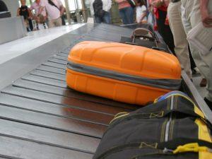 Aeroporto di Fiumicino, rubavano nelle valigie: denunciati 5 addetti scarico bagagli