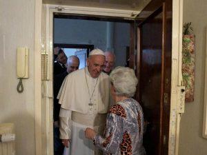Papa Francesco benedice a sorpresa le case dei fedeli a Ostia