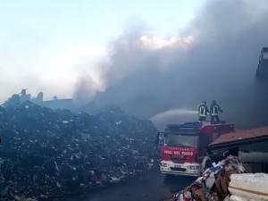 """Nube tossica: vigili del fuoco ancora a lavoro. Arpa: """"Livelli di Pm10 tre volte sopra la soglia di legge"""""""