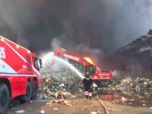 Rogo rifiuti Pomezia: indagato l'amministratore di Eco X per incendio e inquinamento colposo