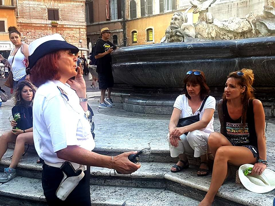 Non si pu sedere sulla fontana roma una citt sull for Una citta sulla garonna