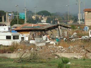 Il piano Raggi per superare i campi rom: 3,8 milioni di euro per far uscire 60 persone