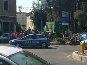 Tragedia a Tivoli, il camion dei rifiuti lo investe: ciclista muore schiacciato