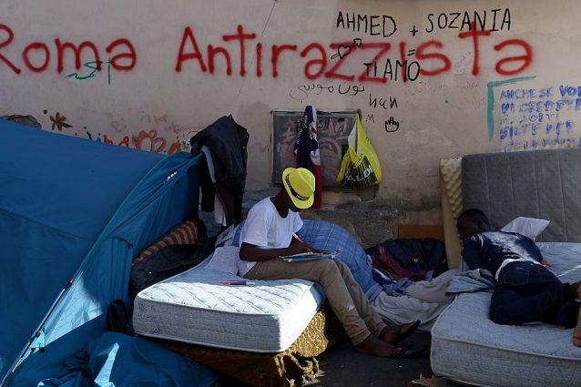"""""""Basta migranti"""", dice Raggi. Ma il Viminale: """"A Roma 2mila in meno del previsto"""""""