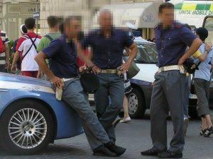 Finti poliziotti rapinano i turisti: in manette tre persone