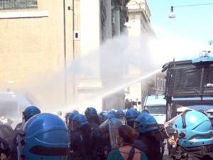 Scontri tra estrema destra e polizia: nuove cariche fuori il Senato dove si discute lo ius soli