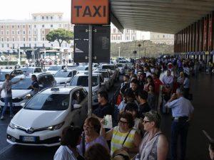 """A Roma file lunghissime per i taxi. Ma i tassisti accusano Uber: """"90 euro per pochi chilometri"""""""