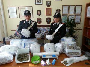 Nasconde 20 chili di marijuana nelle federe dei cuscini: 27enne in manette
