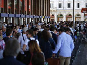Sciopero Roma, metro chiuse e fermi quasi tutti i bus Atac: lunghissime le code per i taxi